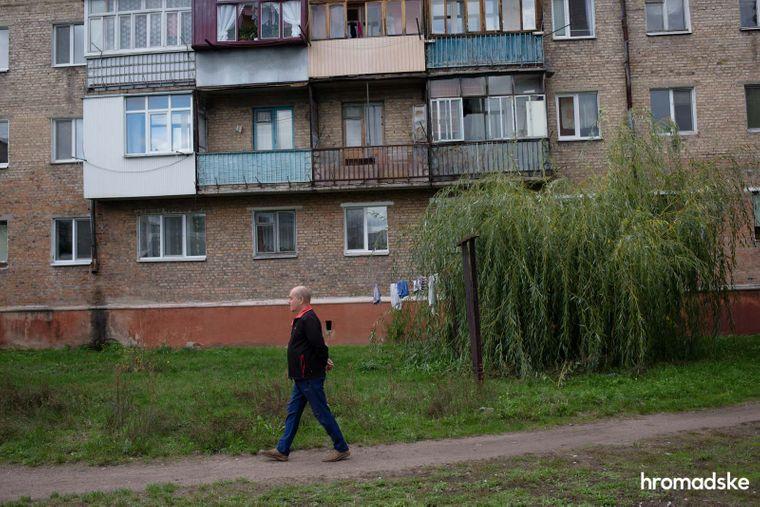 Віктор Бурківський гуляє у дворі власного будинку