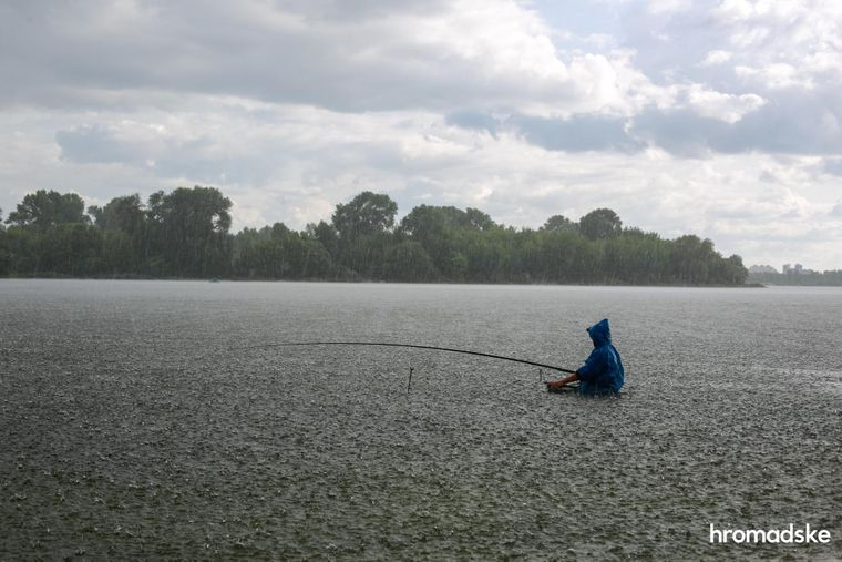 Рибалка ловить рибу в Десні