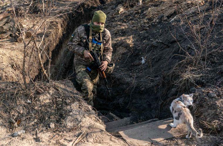 Український військовий йде по траншеї на новій лінії розмежування під містом Золоте Луганської області на сході України.