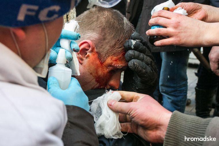Протестувальники надають допомогу пораненому силовику, 18 лютого 2014 року