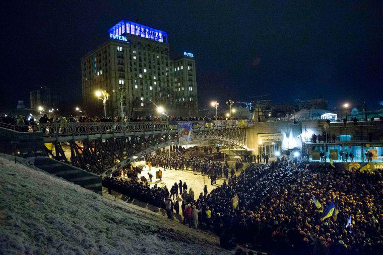 Українські спецназівці блокують активістів Євромайдану біля їх наметового містечка на Майдані Незалежності в Києві, Україна, середа, 11 грудня 2013 року