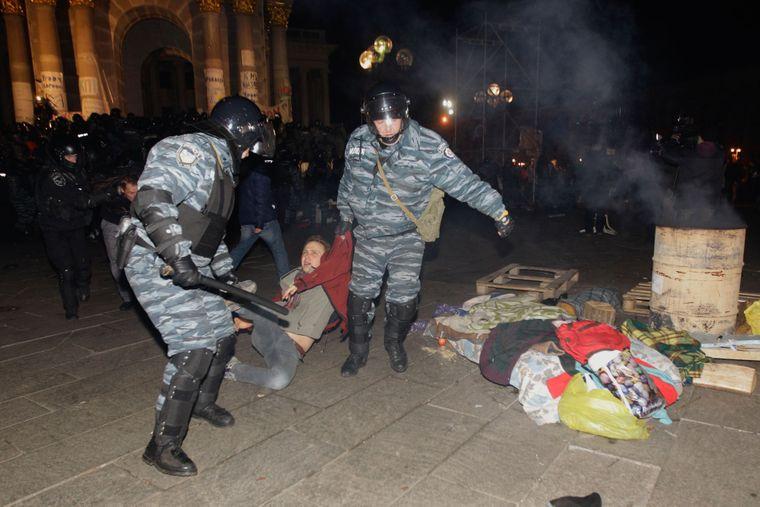 «Беркутівці» тягнуть студента-протестувальника під час нічного розгону студентської акції протесту на Майдані Незалежності, 30 листопада 2013 року