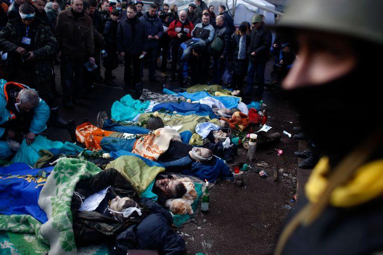Тіла протестувальників, загиблих у сутичках з міліцією, лежать на Майдані Незалежності в Києві, Україна, 20 лютого 2014 року