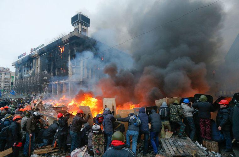 Протестувальники тримають щити в процесі зіткнень із силовиками під час спроби розгону Євромайдану в центрі Києва, Україна, 19 лютого 2014 року