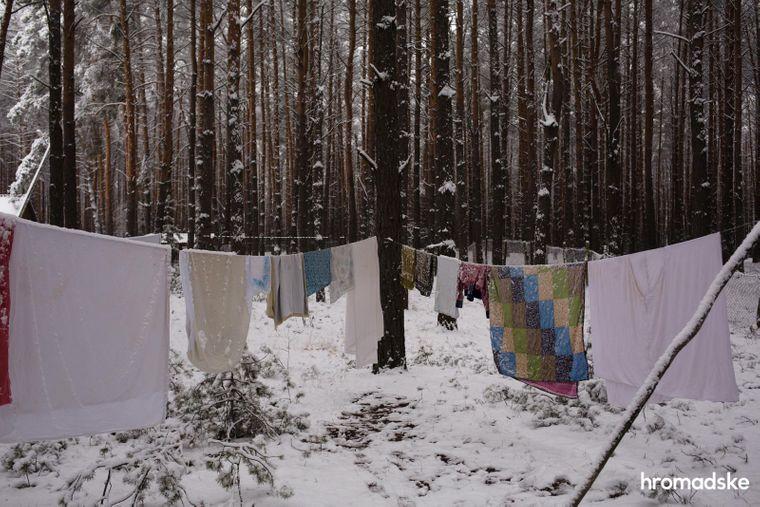 Селяни сушать одяг у лісі на території села Нехаївка на Чернігівщині.