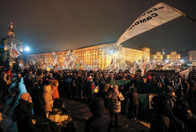 Учасники акції «SaveФОП» залишаються на Майдані Незалежності після сутичок із силовиками, Київ, 15 грудня 2020 року