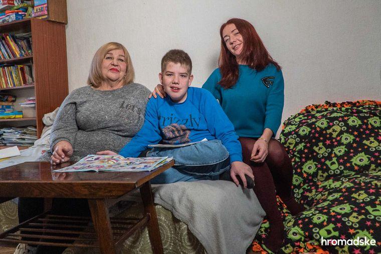 Наталья Скарнецкая из Горловки вместе с 12-летним сыном Женей и своей мамой