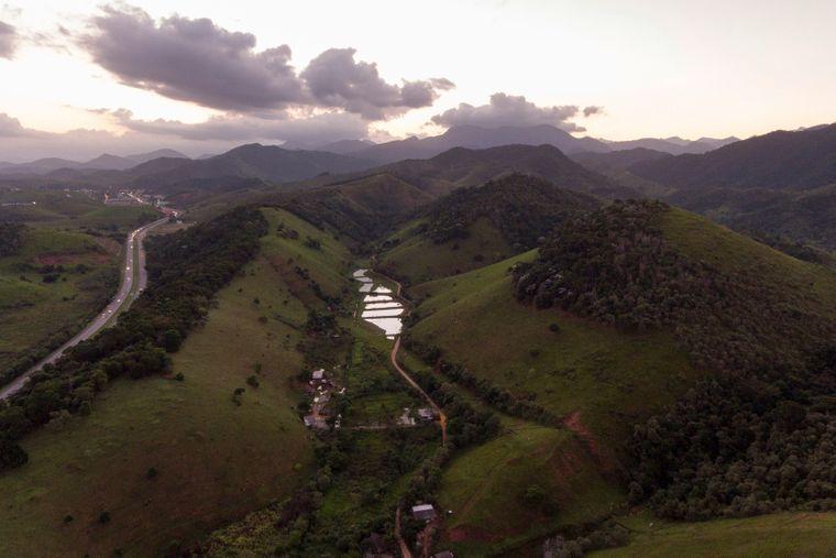 Вид Атлантического леса неподалеку от населенного пункта Казимиру ди Абреу, Бразилия. Bллюстративное фото