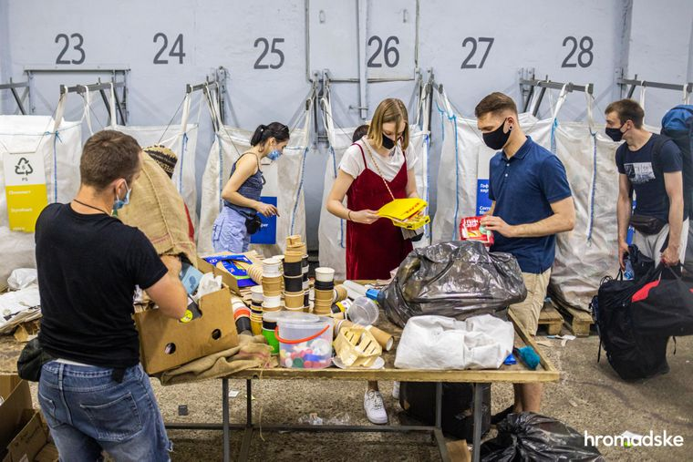 Люди сортують сміття на станції переробки сміття, створеної проектом проект «Україна без сміття» ( «Україна без сміття»)