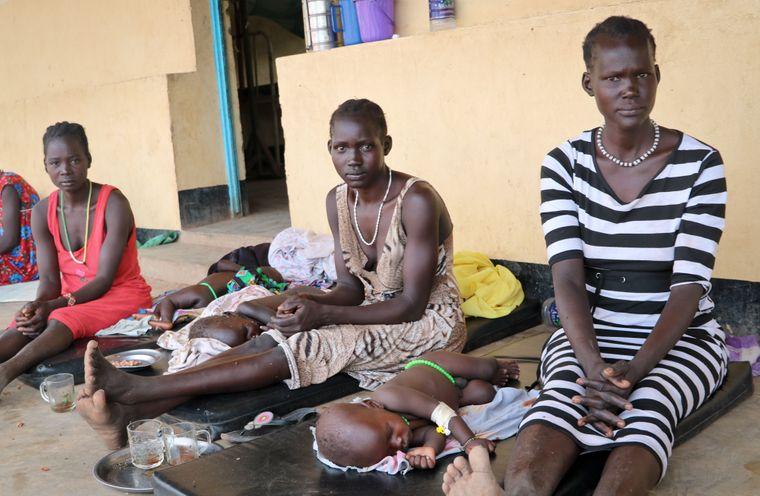 Матері сидять поруч зі своїми дітьми, хворими на кір, у лікарні в Куайоку, Південний Судан, 17 квітня 2019 року.