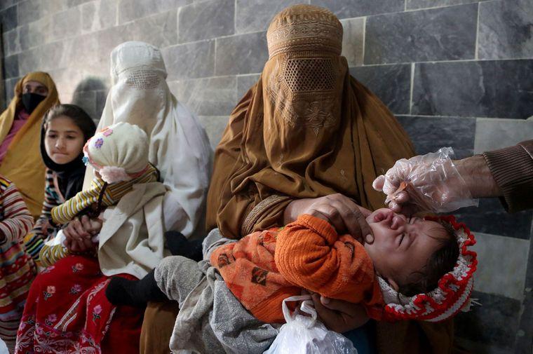 Медичний працівник вводить дитині вакцину проти поліомієліту в клініці в Пешаварі, Пакистан, 1 грудня 2020 року.