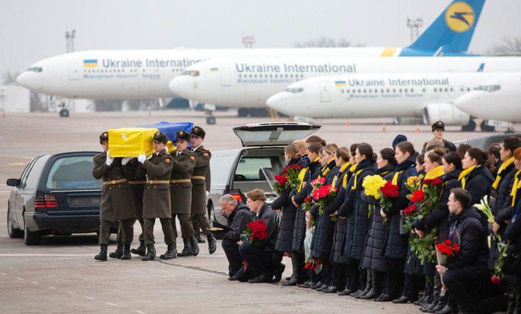 Почетный караул несет гроб с телом одной из жертв авиакатастрофы украинского самолета, который упал в окрестностях Тегерана, Международный аэропорт «Борисполь», Киев, Украина, 19 января 2020 года