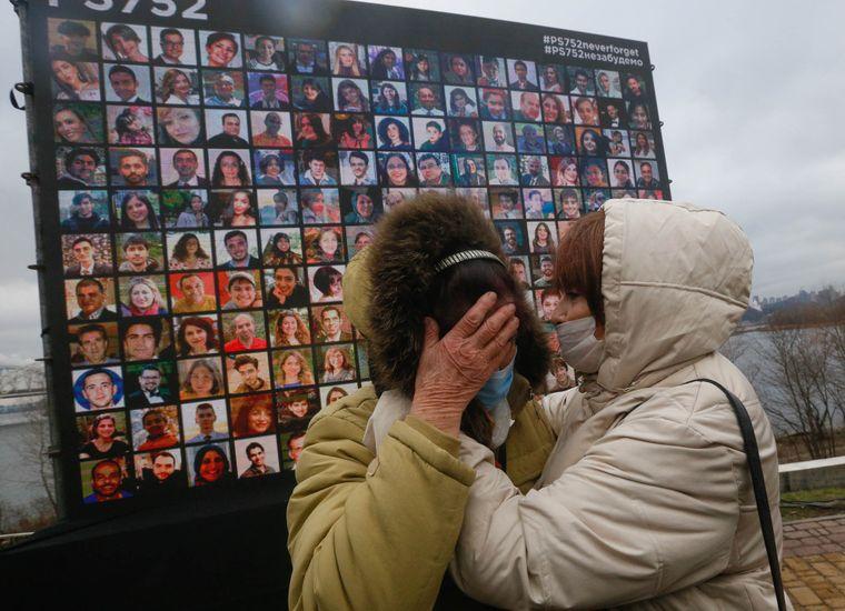 Родственники жертв авиакатастрофы у мемориала погибшим в день годовщины трагедии, Киев, Украина, 8 января 2021 года