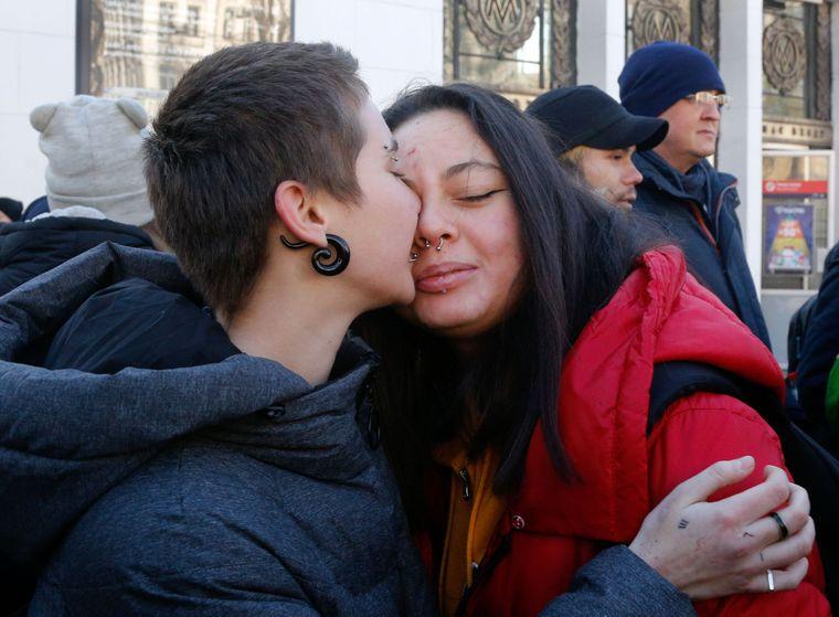 Дві молоді жінки, які назвали себе Ред та Мерін, обом по 16 років, цілуються на ЛГБТ-акції за кілька днів до Міжнародного дня пам'яті трансгендерів у Києві, Україна, 18 листопада 2018 року.