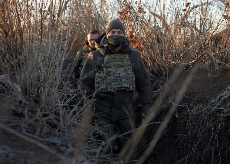 Президент України Володимир Зеленський виглядає з траншеї, відвідуючи позиції українських збройних сил у Донецькій області, Україна, 6 грудня 2020 року.