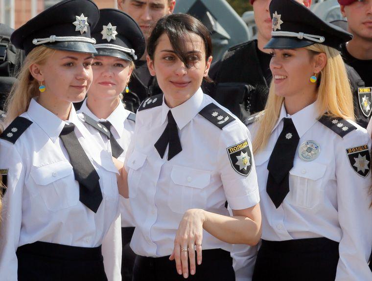 Голова Національної поліції України Хатія Деканоїдзе в центрі розмовляє з працівниками поліції під час Дня національної поліції в Києві, 4 серпня 2016 року.