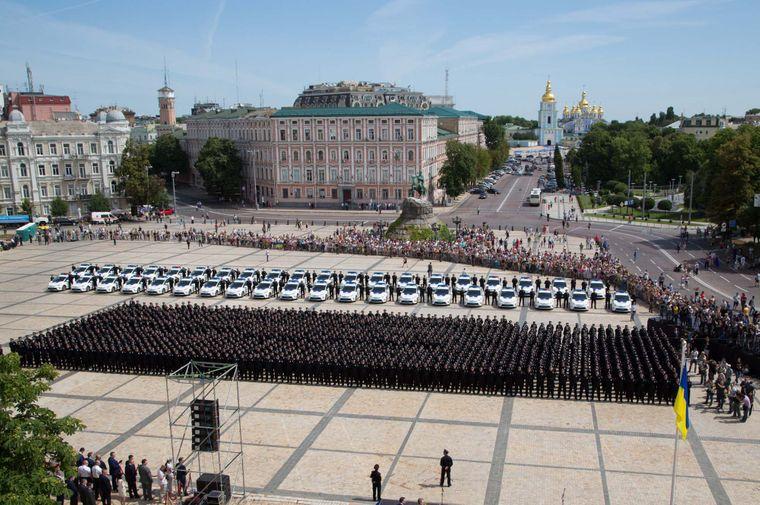Українські співробітники поліції стоять під час присяги на Софійській площі в Києві, Україна, 4 липня 2015 року.