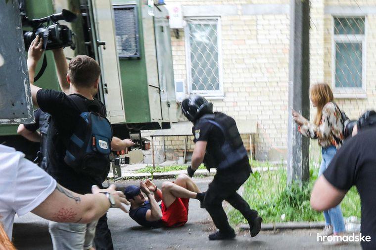 Поліцейський б'є активіста під Шевченківським райсудом Києва під час акції на підтримку Сергія Стерненка, якого звинуватили у вбивстві та незаконному носінні холодної зброї, 15 червня 2020 року.