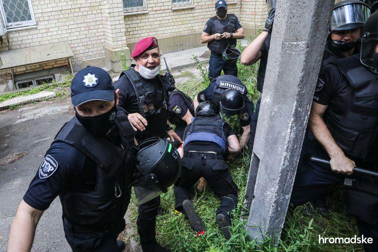 Поліція затримує активіста під Шевченківським райсудом Києва під час акції на підтримку Сергія Стерненка, 15 червня 2020 року.