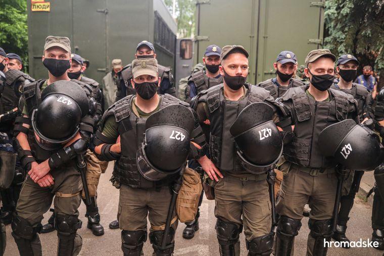 Силовики із шоломами з однаковими номерами стоять під Шевченківським райсудом Києва під час акції на підтримку Сергія Стерненка, 15 червня 2020 року.