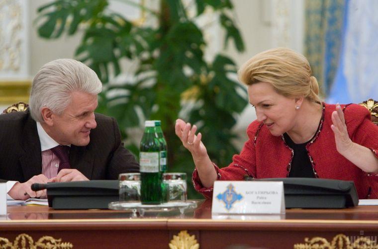 Голова Верховної Ради України Володимир Литвин та секретар РНБО Раїса Богатирьова розмовляють перед початком засідання Ради національної безпеки і оборони України, в Києві, 17 листопада 2010 року