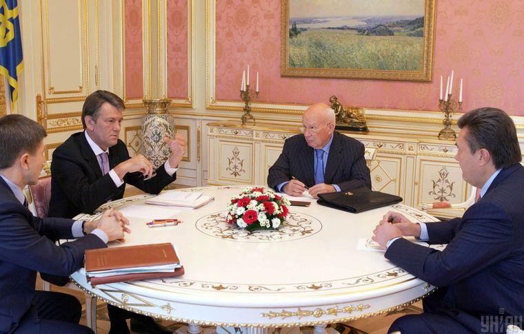Президент України Віктор Ющенко (другий ліворуч), прем'єр-міністр України Віктор Янукович (праворуч) та в. о. секретаря РНБО Володимир Горбулін (другий праворуч) під час зустрічі в Секретаріаті Президента у Києві 15 вересня 2006 року