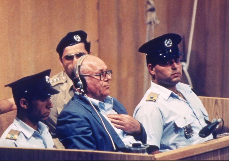 Джон Дем'янюк сидить в інвалідному візку і хреститься, чуючи, як ізраїльський прокурор просить про смертний вирок, в Єрусалимі, 25 квітня 1988 року.