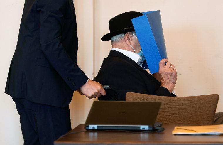 93-річний німець Бруно Д., звинувачений у тому, що був охоронцем СС, який брав участь у вбивствах тисяч в'язнів у період з серпня 1944 року по квітень 1945 року в нацистському концтаборі Штуттгоф поблизу Гданська (Польща), очікує вироку під час судового розгляду у залі суду Гамбурга, Німеччина, 23 липня 2020 року.
