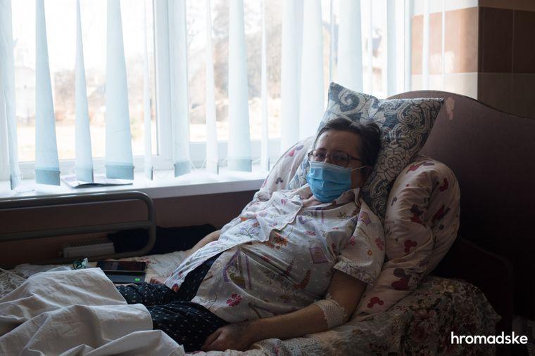 Тетяна, терапевтка із 46-річним стажем у медицині, дружина Льва Михайловича, лежить поруч із ним у палаті для інфекційних хворих лікарні в Яремчі
