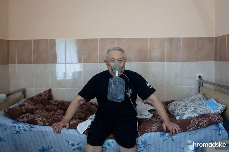 Лев Михайлович, невропатолог із 54-річним стажем у медицині, перебуває у палаті для інфекційних хворих у лікарні в Яремчі
