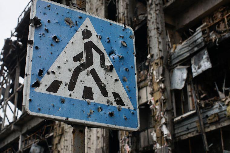 Дорожній знак і будівля в районі аеропорту Донецька, зруйновані внаслідок обстрілів, 25 жовтня 2015 року
