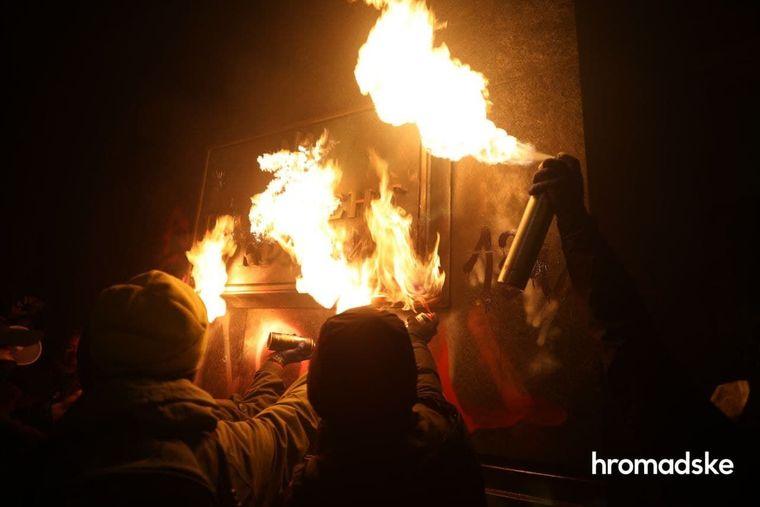 Поджог таблички «Президент Украины» сторонниками Сергея Стерненко, Киев, 20 марта 2021 года