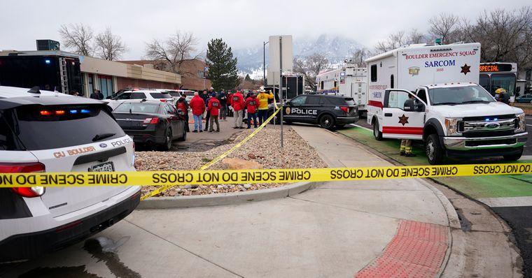 Полиция и медики работают на месте стрельбы в Боулдере, штат Колорадо, 22 марта 2021 года