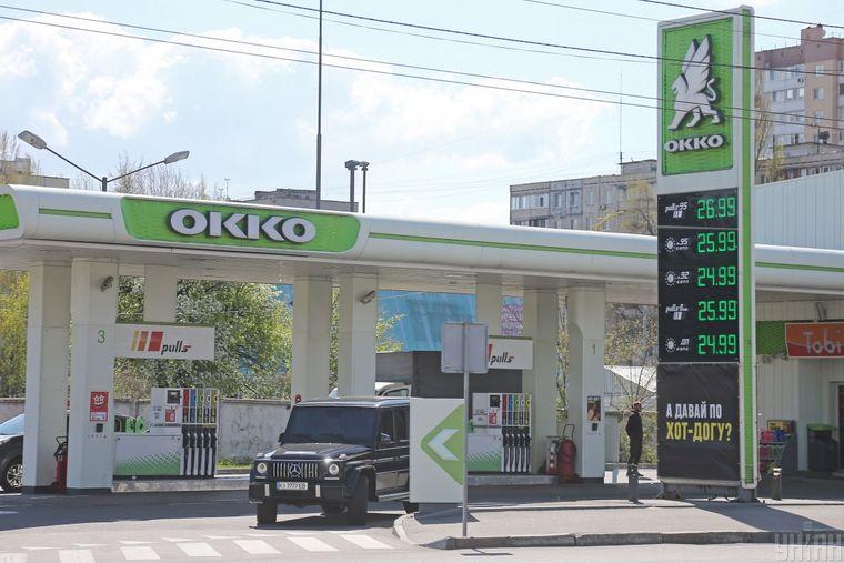 Стенд із цінами на бензин біля автозаправної станції (АЗС) у Києві, 22 квітня 2020 року