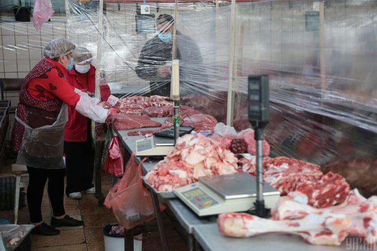 Торгівля м'ясом на ринку «Оболонь» під час карантину, в Києві, 15 травня 2020 року