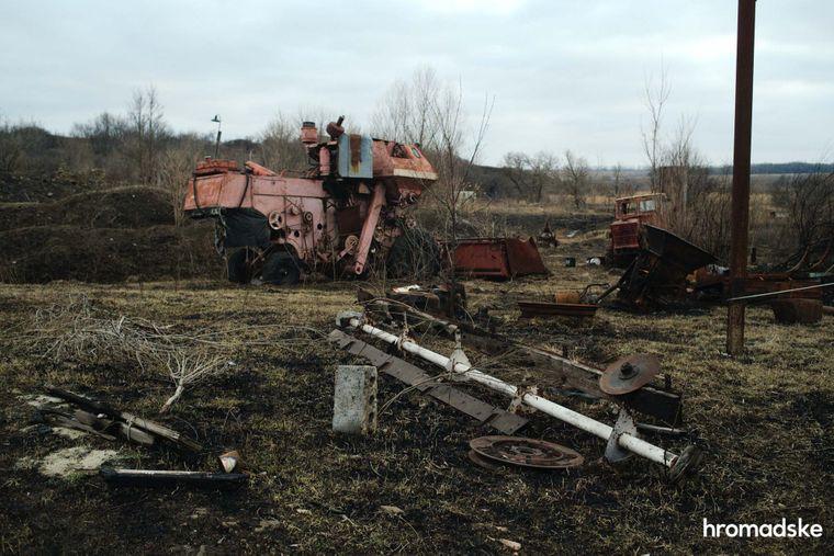 Зламана та покинута сільськогосподарська техніка на території села
