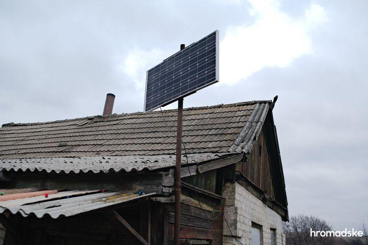 Одна із сонячних панелей, придбаних для місцевих жителів Червоним Хрестом