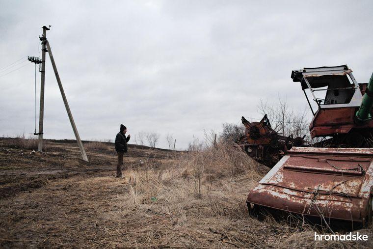 Володимир Олексійович показує журналістам hromadske, що залишилося від села Новоолександрівка