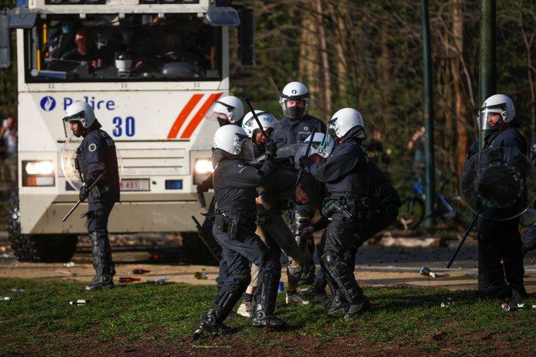 Поліція затримує протестувальника під час сутичок у брюссельському парку в четвер, 1 квітня 2021 року