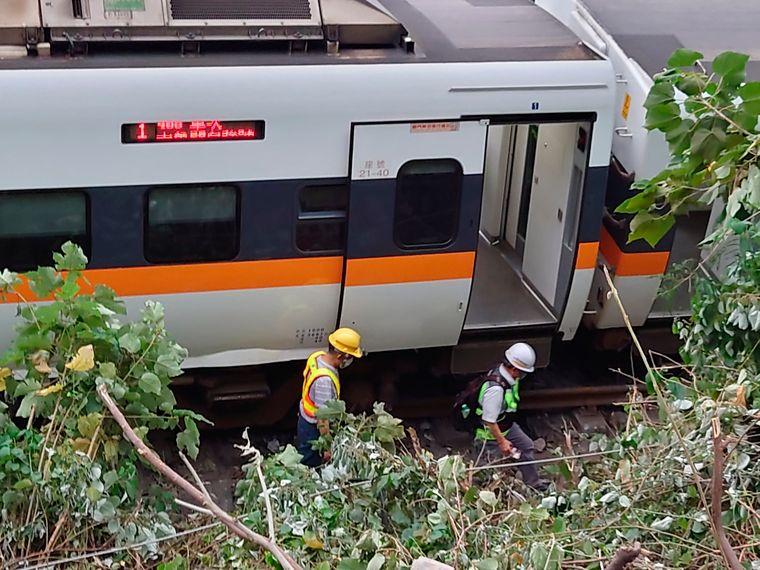 В Тайване произошла масштабная авария поезда, более полсотни человек погибли   Громадское телевидение   Громадское телевидение