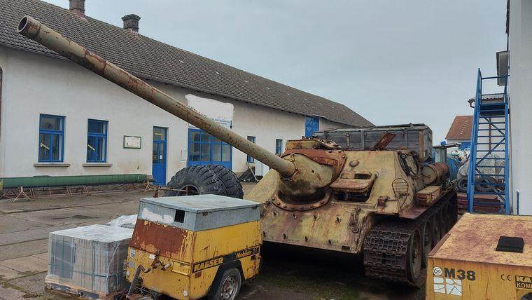 Чоловік з Чехії з 1990-х років тримав танк Т-34-85 та самохідну установку SD-100