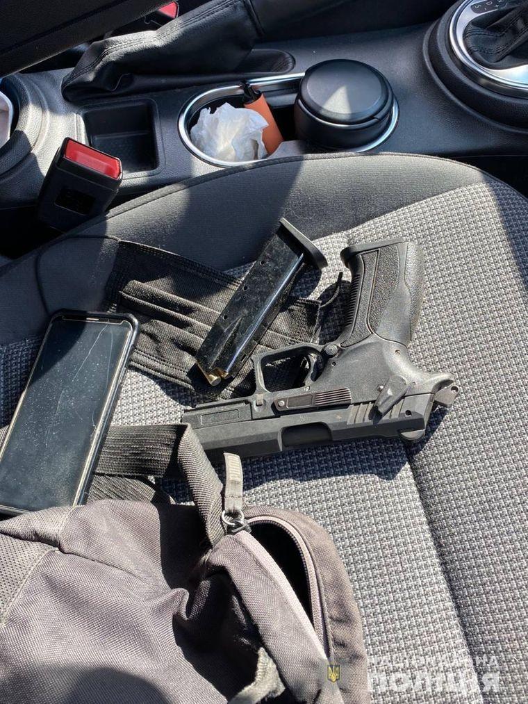 Зброя, яку знайшли в автомобілі нападника