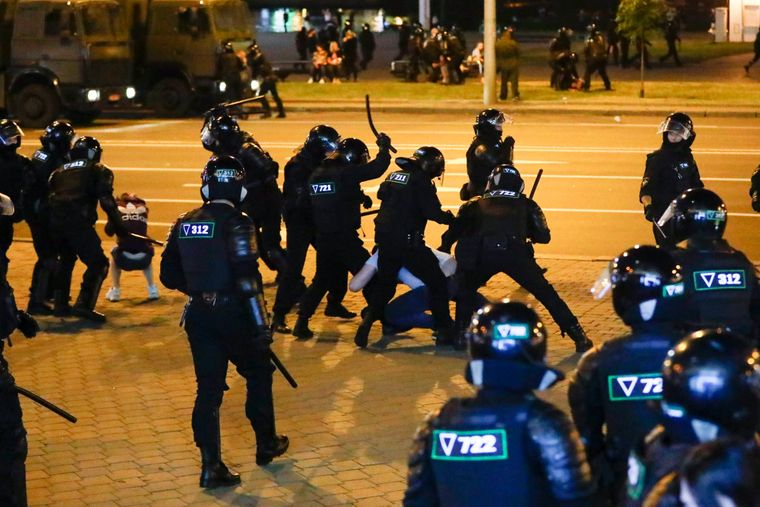 Поліція застосовує палиці проти демонстрантів під час масової акції протесту після президентських виборів у Мінську, Білорусь, 10 серпня 2020 року.