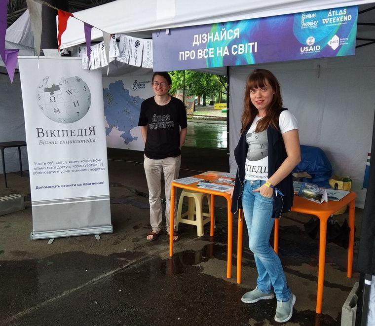 Волонтери працюють на стенді представництва Вікіпедії та Вікімедіа на Atlas Weekend