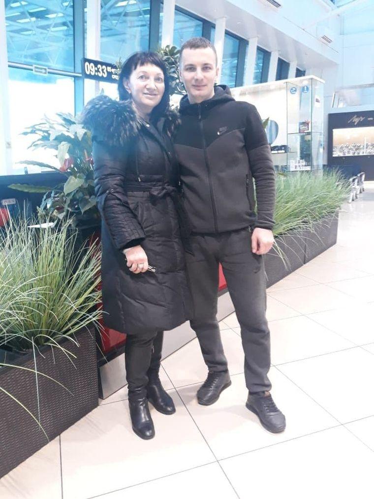 Олена Захарова з сином вже після звільнення і втечі до Росії