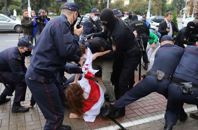 Поліція затримує студентів під час протесту проти результатів президентських виборів у Мінську, Білорусь, 1 вересня 2020 року.