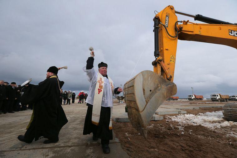 Католицькі та православні священики благословляють початок будівельних робіт на енергоблоці № 2 першої атомної електростанції Білорусі поблизу міста Островець, 180 км на північний захід від Мінська, Білорусь, 1 лютого 2013 року.