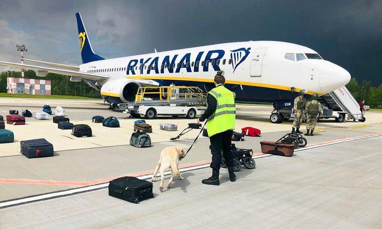 Обшук літака компанії Ryanair, яким летів Роман Протасевич, в аеропорту Мінська, 23 травня 2021 року.