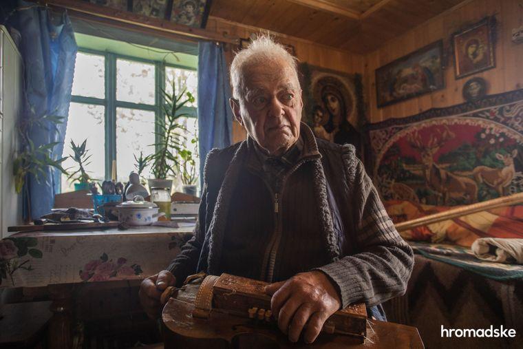 Майстер народних інструментів Михайло Тафійчук грає на лірі у своєму будинку в селі Буковець Івано-Франківської області
