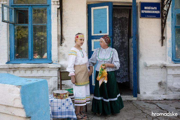 Жінки з національної спільноти молокан спілкуються біля входу до Музею побуту першопоселенців села Нововасилівка Запорізької області